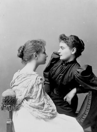 Hellen Keller y Anne Sullivan, sentadas