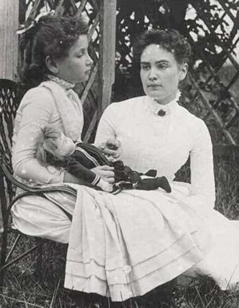 Hellen Keller (nina) y Anne Sullivan